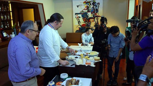 Préparation d'une dégustation en présence de Francois-Xavier Rouganou, Directeur Général Grand Export chez Lactalis