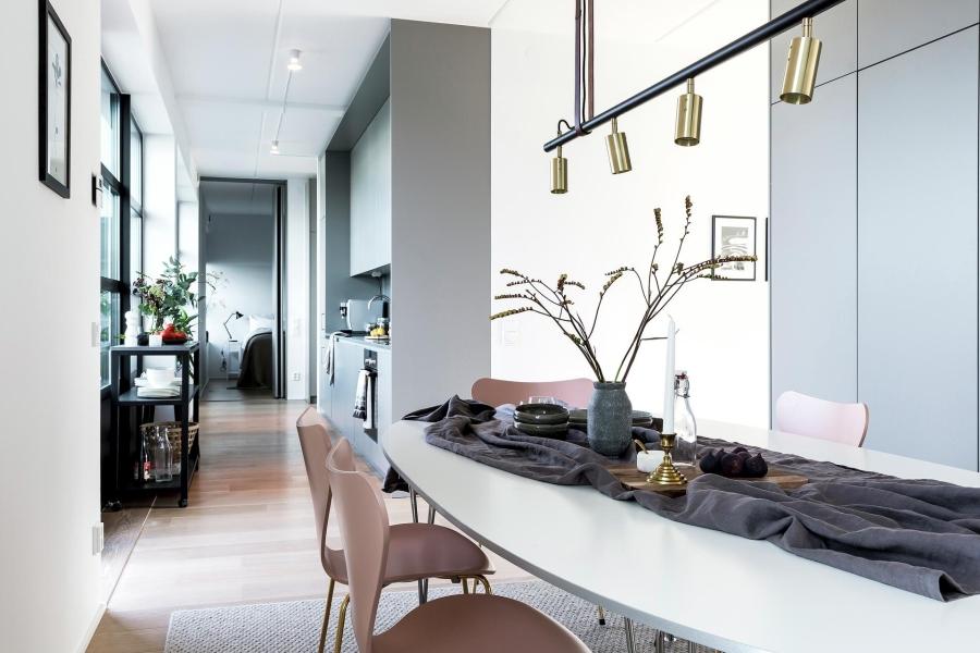Nowoczesna prostota, wystrój wnętrz, wnętrza, urządzanie mieszkania, dom, home decor, dekoracje, aranżacje, styl nowoczesny, modern style, light colors, jasne kolory, biel, white, szarość, grey, jadalnia, dining room