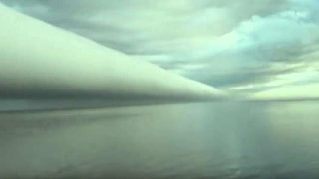 ◄| شاهد | هنا الولايات المتحدة | ظاهرة مدهشة في السماء: سحابة هائلة تشبه الأنبوبة