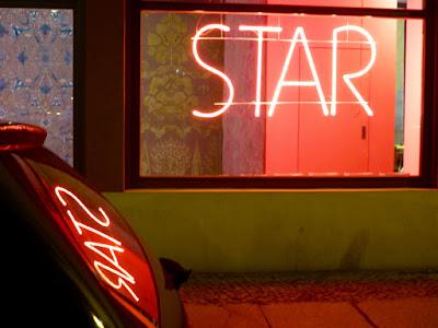 STAR als Leuchtschrift und Spiegelung