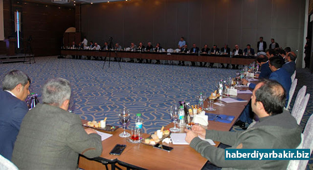 DİYARBAKIR-Bir dizi temaslarda bulunmak üzere Diyarbakır'a gelen Avrupa Birliği Bakan Yardımcısı Ali Şahin, Sivil Toplum Kuruluşu temsilciler ve kanaat bir araya geldi. Toplantıda bölgenin sorunlarını anlatan STK temsilcileri, PKK'nin çukur siyasetiyle yüzyılın trajedisinin yaşandığını belirttiler.
