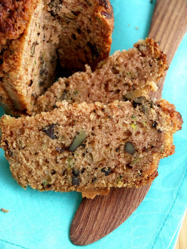 chlebek cukiniowo-orzechowy pieczony w doniczkach