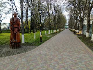 Миргород. Парк. Аллея и деревянные скульптуры