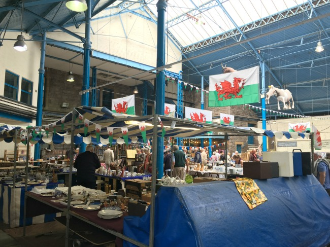 Abergavenny-market-stalls-and-Welsh-flags