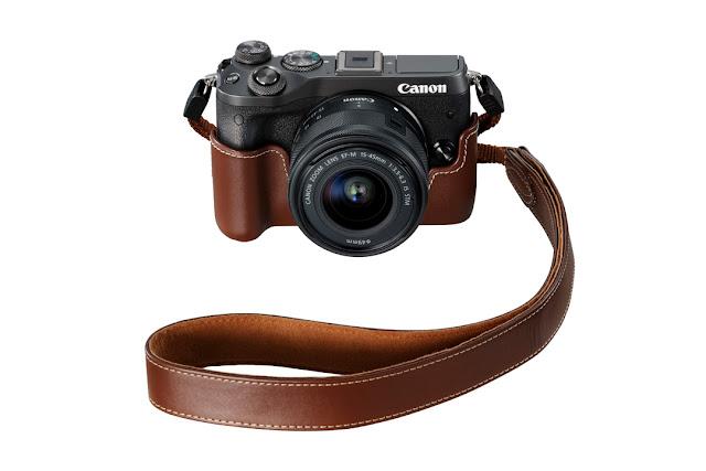 La Canon EOS M6 con la custodia in pelle