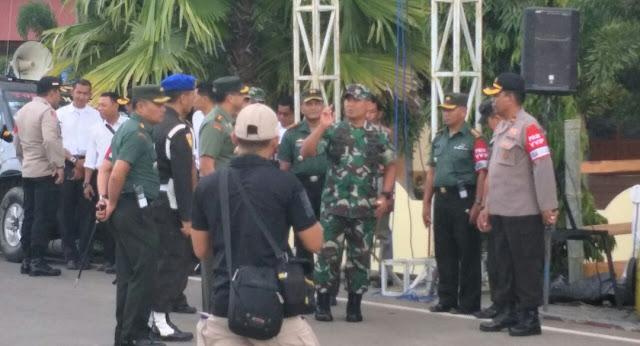 [FOTO] Besok Jokowi ke Tana Toraja, Pangdam XIV/HSN Periksa Kesiapan Pasukan Satgas PAM RI 1