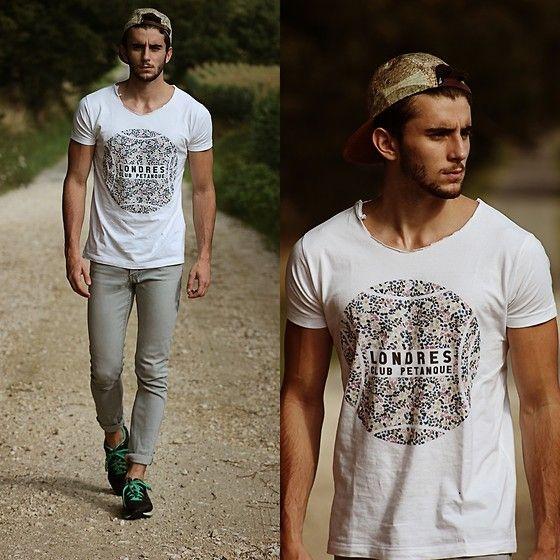 Look Masculino com Boné e Camiseta Branca