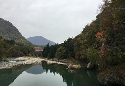 塔のへつり 吊り橋から湯野上温泉方向を見る
