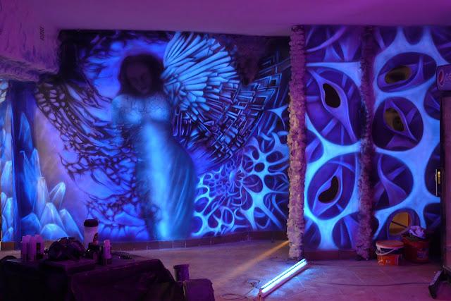 Malowanie anioła na ścianie, efekt luminescencji ściany, świecacy obraz mural 3D