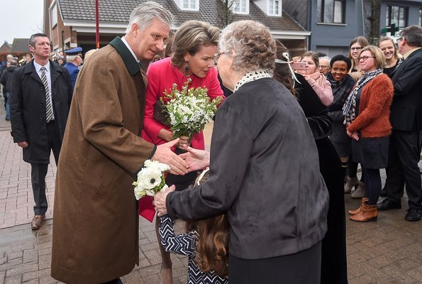 Queen Mathilde wore pink Natan coat and pink Natan tops and black skirt a Christmas visit to Perrekes House