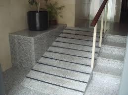 Portal de vivienda con una rampa junto a las escaleras