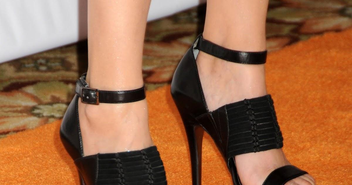 Celebrity Feet Close-up: Rachael Leigh Cook Feet