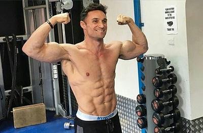 Hombre sin camiseta en el gimnasio
