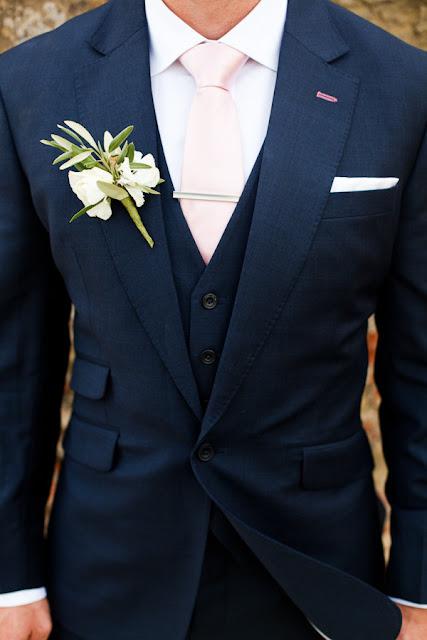 Broche para novio de estilo mediterráneo con ramas de olivo y rosas blancas