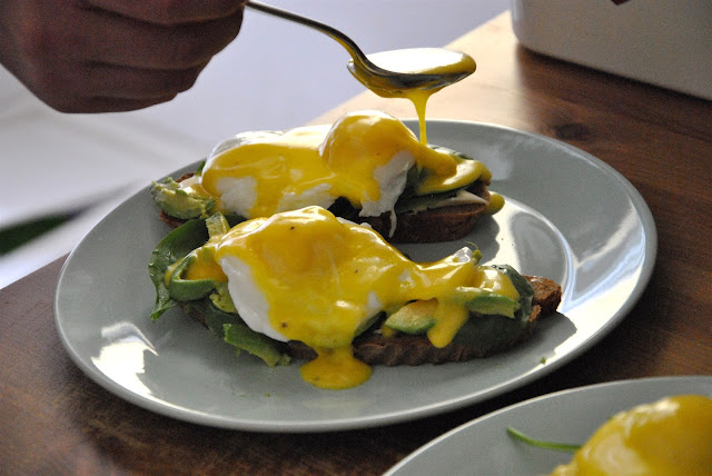 Sauce Hollandaise auf die Eggs Benedict geben