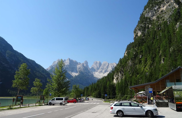 Restaurant, parkende Autos am Lago di Landro mit Cristallo Gruppe in Südtirol