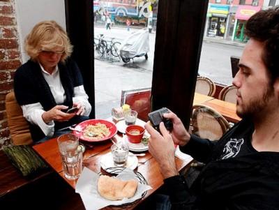 Gara-gara Smartphone Waktu Makan di Restoran Jadi Lebih Lama