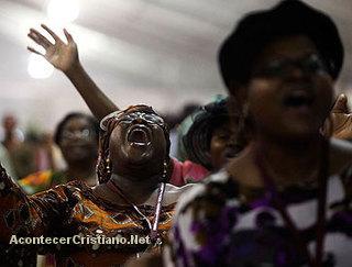 Pentecostales adorando en una iglesia de Angola