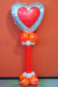 Сердце на стойке из воздушных шариков