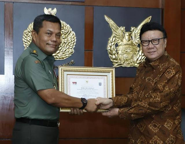 Penyerahan Penghargaan dan Piagam Secara Simbolis dari Mendagri kepada Kasum TNI