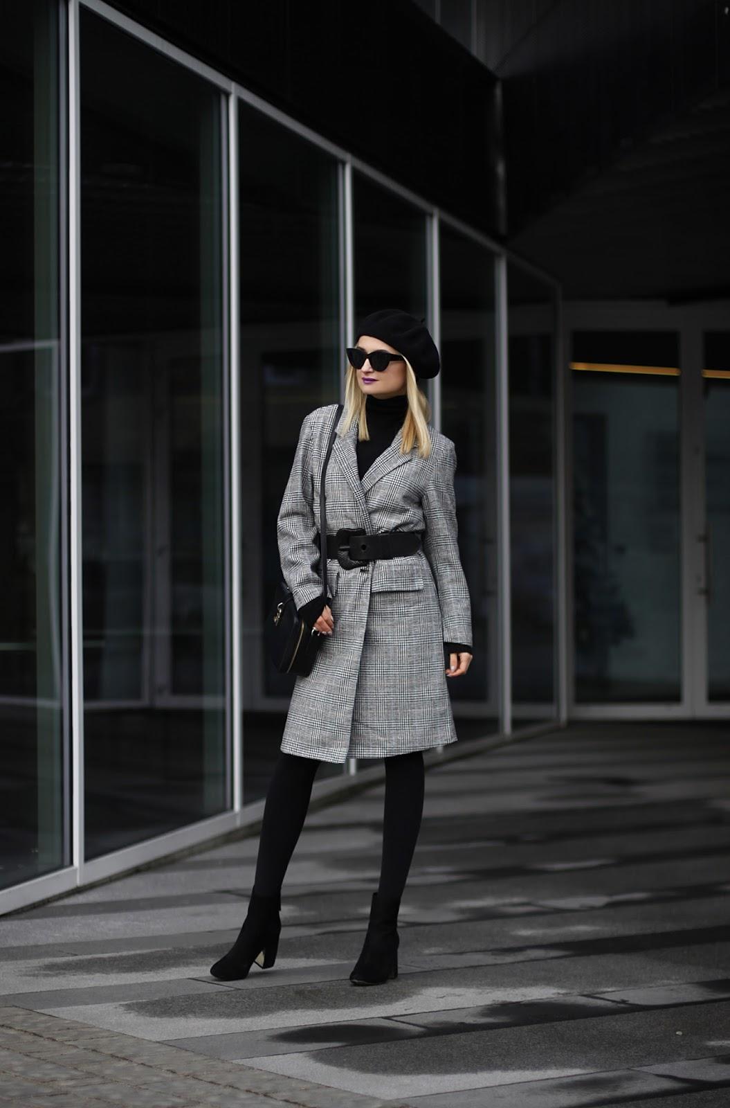 Szary klasyczny płaszcz w kratę