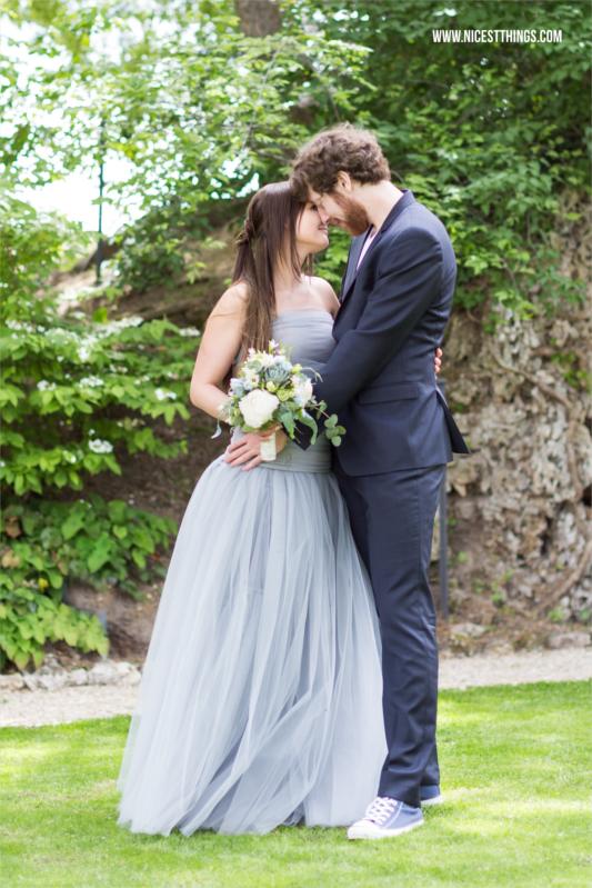Schlichtes Brautkleid aus blaugrauem Tüll von Fanfaronada