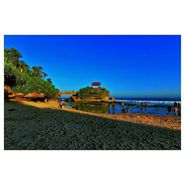 foto pemandangan indahnya pulau jumino di pantai kukup
