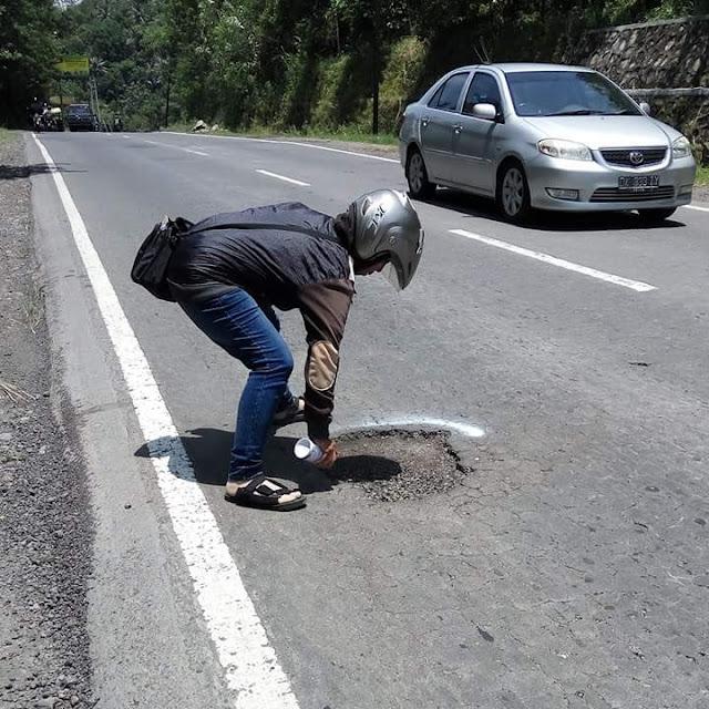 Keren! Pria ini Mendapat Banyak Pujian. Lihat yang Dilakukanya di Jalan yang Rusak