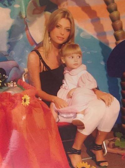 Caroline Bittencourt jovem e filha criança