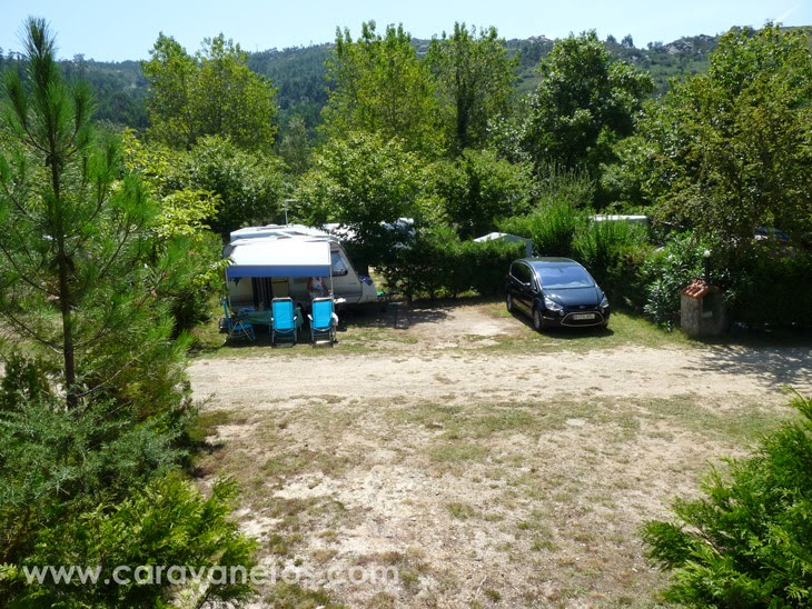 Foto de las Amplias parcelas. Camping Rural Ría de Arosa | caravaneros.com