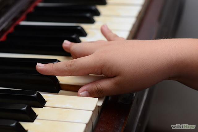 Các ngón tay ở dáng phẳng khi đánh đàn piano