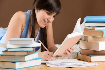 joven leyendo libros, estudiando