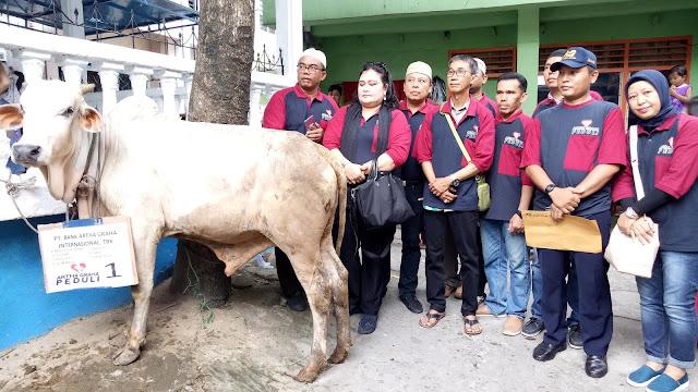 Bank Artha Graha Sumbang 1 Ekor Lembu Qurban di Masjid Muslimin Pantai Burung