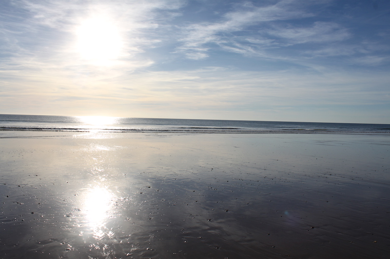 Meer mit Spiegelung der Sonne