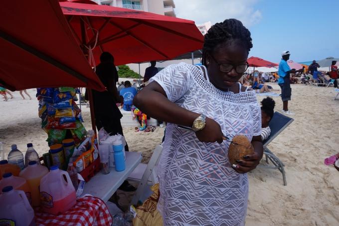 Karibian risteily ja kookospähkinä. Paradise Beach, Nassau Bahamasaaret