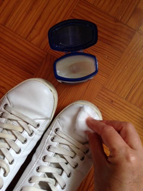 Limpar o calçado com vaselina