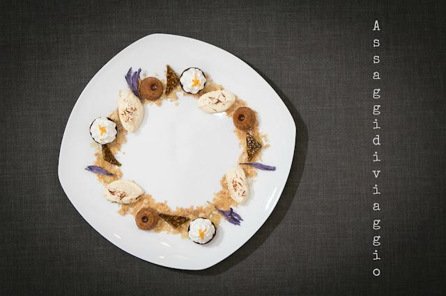 Dolce al piatto con il miele - Dolce svolazzare con le api di fiore in fiore