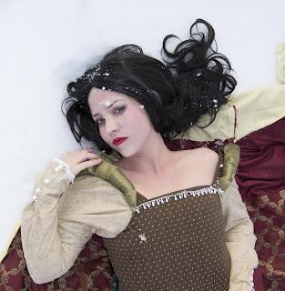Princesa com neve nos cabelos parecendo caspa, está precisando de um shampoo sem sulfato anticaspa Branca de neve!