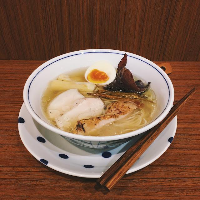 端上桌的麵,配料很有趣,除了筍片、木耳、溏心蛋外,竟然還有橙色的金針花,非常符合臺灣當令時節的特色呢。