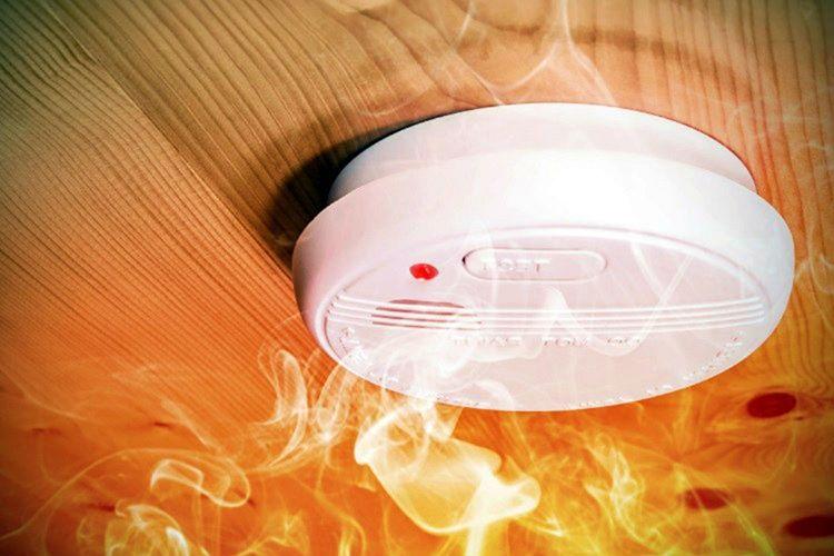 Çoğu evin odasında birden çok duman sensörü vardır, çünkü duman sensörü bulundurmamak yasaktır.