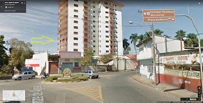 A Avenida Quinze de Agosto termina numa pequena rotatória, onde se acessa a Rua XV de Novembro pela direita, em direção à Praça da Matriz.