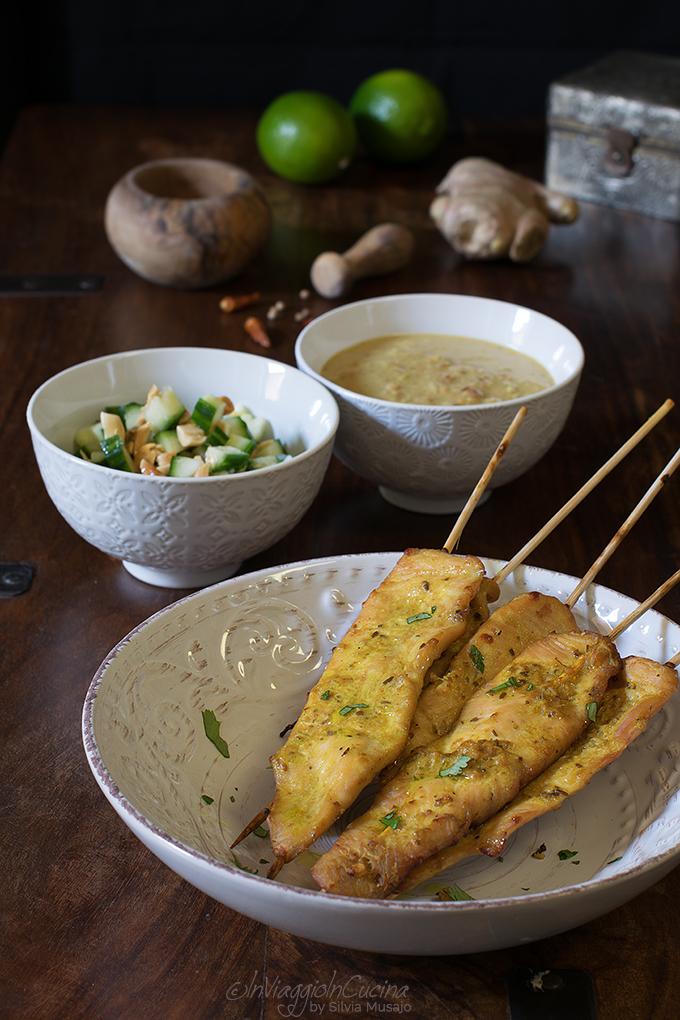 Pollo satay con salsa di arachidi e relish al cetriolo