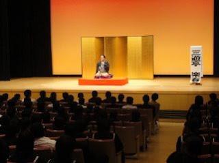 学校で開催された三遊亭楽春の楽しい講演会(落語鑑賞会)の風景です。