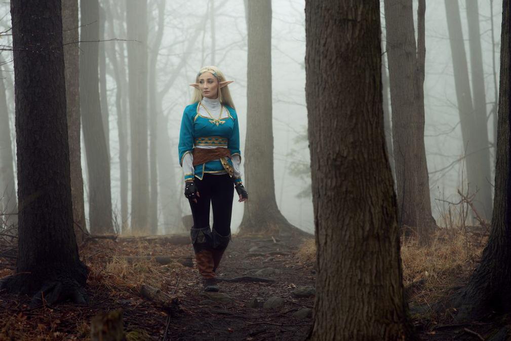 Professional Cosplayer Princess of Zelda cewek seksi sendirian di tengah hutan