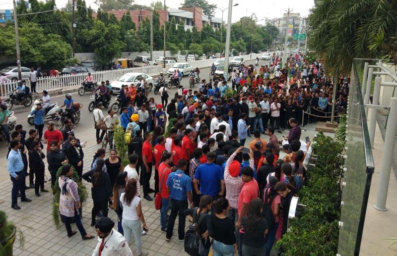 अग्नि सुरक्षा ड्रिल के दौरान पैवेलियन मॉल के बाहर खड़े लोग