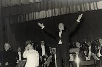 1967. urrian. Escuderok agertokitik, Zigor operaren kontzertu bertsioaren estreinaldian, Bilbon, agertokitik agurtzen. 1967 octubre. Escudero saludando desde el escenario en el estreno de la versión concierto de la opera Zigor en Bilbao