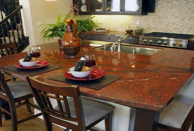 đá đỏ sa mạc làm mặt bàn bếp