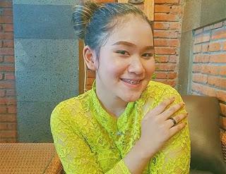Anggun Pramudita Foto Duduk