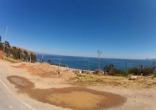 Bela vista do Lago Titicaca na saída de Copacabana / Bolívia.