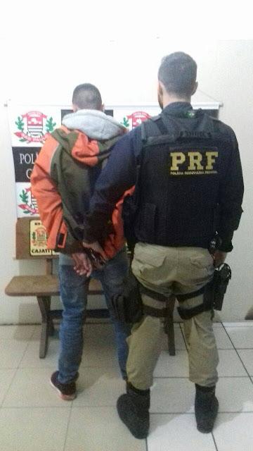 HOMEM PROCURADO PELA JUSTIÇA É DETIDO EM FISCALIZAÇÃO DA PRF NA RÉGIS BITTENCOURT